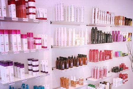 væg med hårprodukter