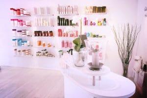kasse og produktvæg hos Hair de luxe