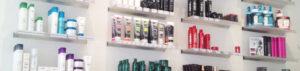en væg med hårprodukter