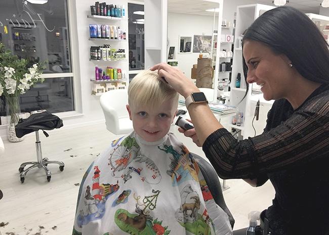 dreng bliver klippet